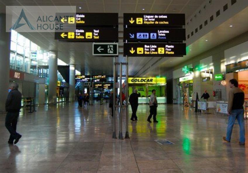 Зал прилета в аэропорту Аликанте